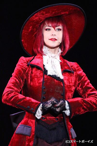 美しきマダムレッドを演じるAKANELIV