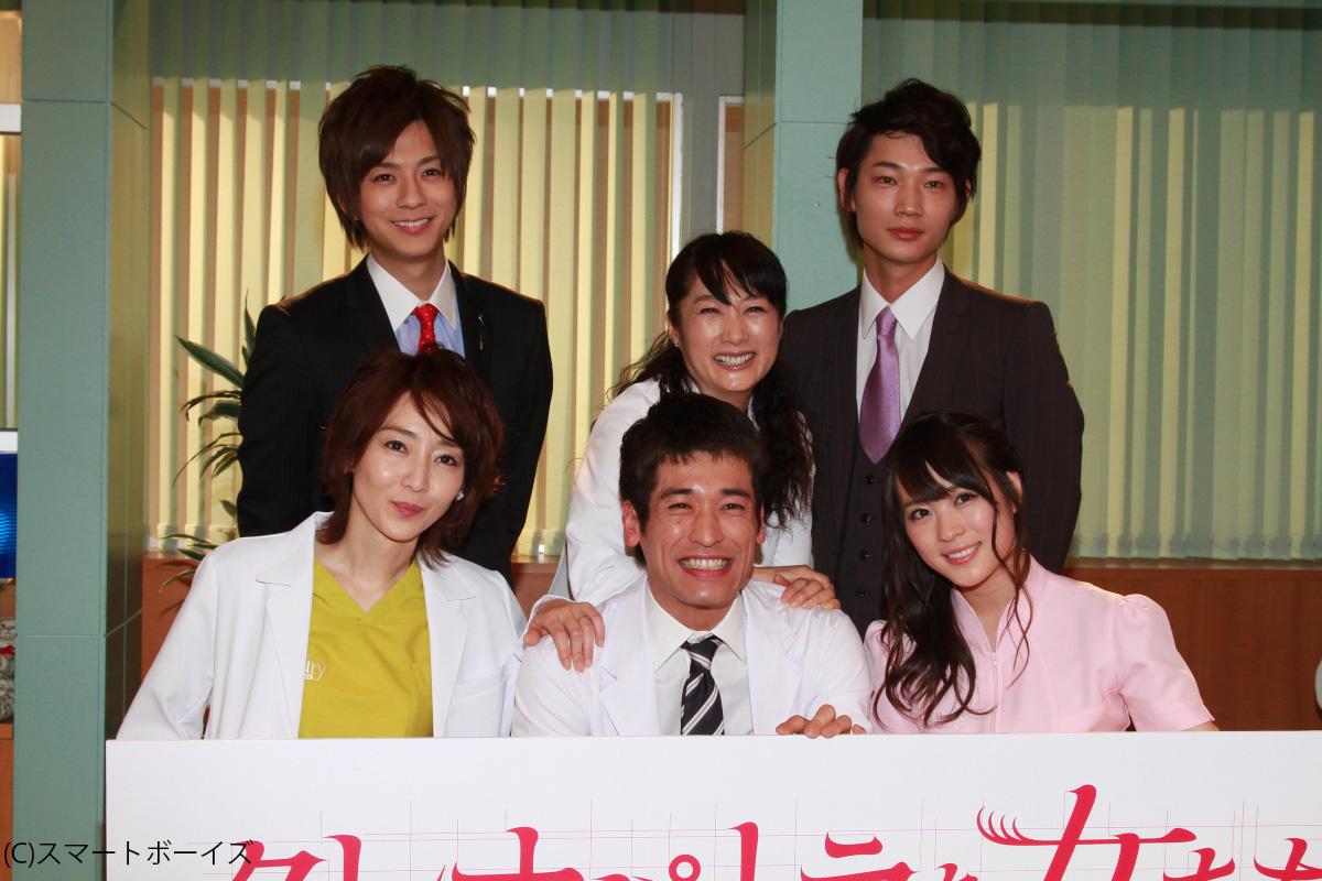 前列左から稲森いずみ、佐藤隆太、北乃きい。後列左から三浦翔平、余貴美子、綾野 剛