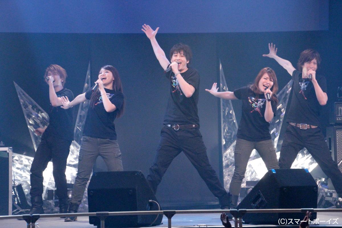 「すすめ!ウルトラマンゼロ」を熱唱するボイジャー(左から、山口智大、千秋夕、南翔太、瀬下千晶、TAKERU)