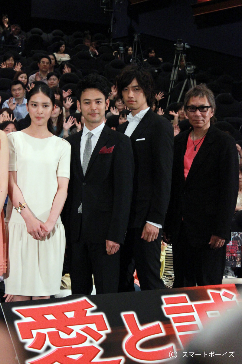 左から武井咲、妻夫木聡、斎藤工、三池崇史監督