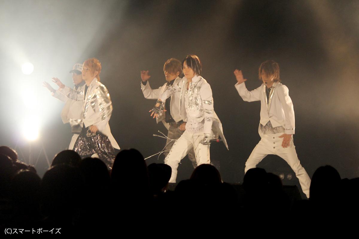 (左から)DAISUKE、GO、HILOMU、SHINJI、TAKAHIRO