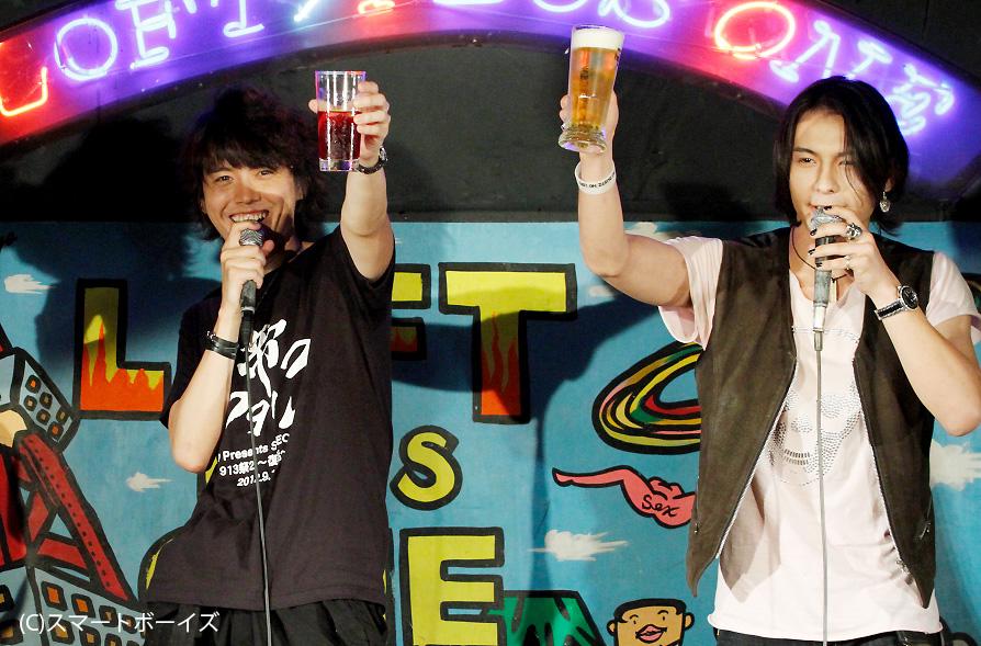 村上幸平(中央)と藤田玲、『仮面ライダー555』で激闘を演じた2人のそろい踏みに場内熱狂