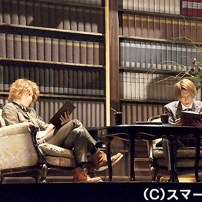二日目キャスト:(左から)ホームズ役の大河元気と、ワトスン役の鈴木拡樹