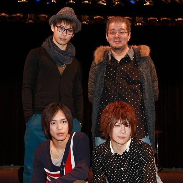 前列左から小野賢章、葵。後列左から林明寛、松村清秀監督