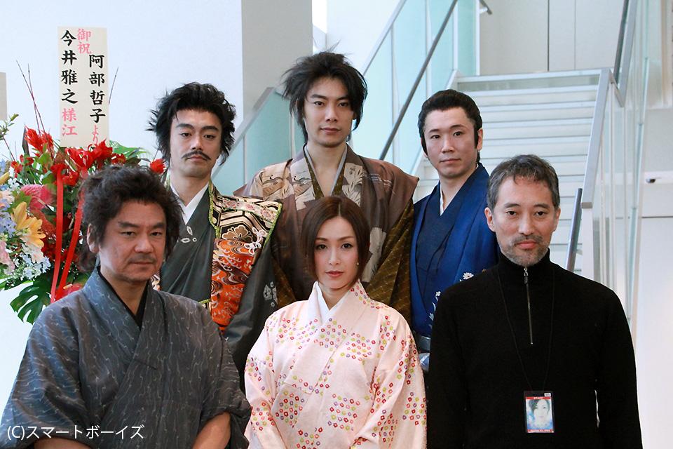 (前列左より)今井雅人、酒井法子、斉藤歩(後列左より)金山一彦、兼崎健太郎、鈴木秀人