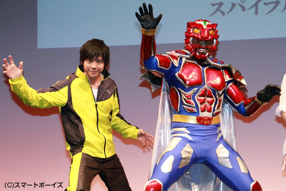 ファイティングポーズを取る主演の椎名鯛造さん(左)とファイヤーレオン