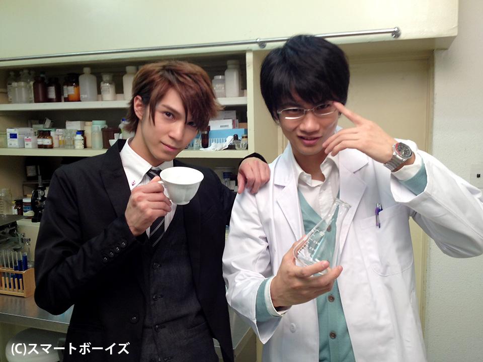 教育実習生を演じる浜尾京介さん(左)と生物担当の指導教諭を演じる馬場良馬さん