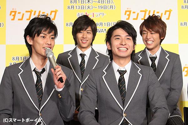 戸谷公人さん(前左)ら、男子新体操チームはトークでも息ピッタリ!