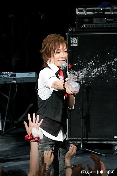 "Kimeruさんの""水かけ""は、さすがに水量や放物線がバッチリ!"
