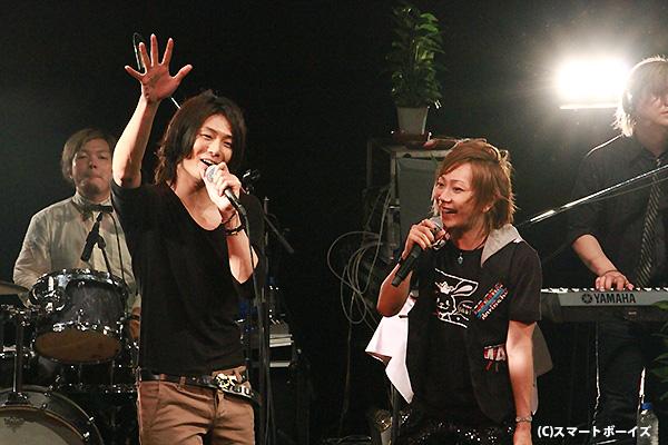 八神蓮さんをゲストに迎え、新曲「Zero & One」を含む全19曲を熱唱したKimeruさん(右)