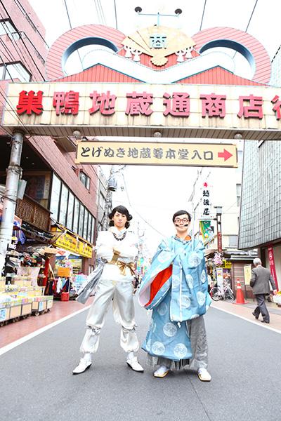 左から天孫ニニギ様(矢崎広さん)と道案内のサルタヒコ(佐藤貴史さん)