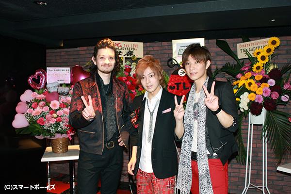 写真左より、エリック(Key、Vo)、ヨディー(Ds、Vo)、佑太(G、Vo)