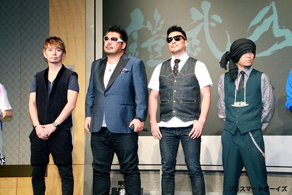 番組主題歌を歌う湘南乃風改め「鎧武乃風」の4人
