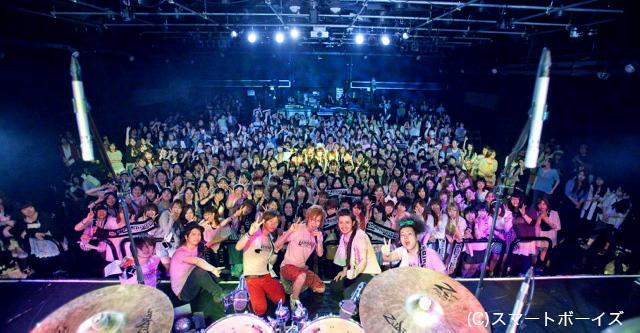 ライブは超満員の盛り上がり!