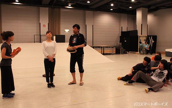 主演の水川あさみさんをめぐる、別所哲也さん(中央)はじめ彼女を取り巻く男たち……