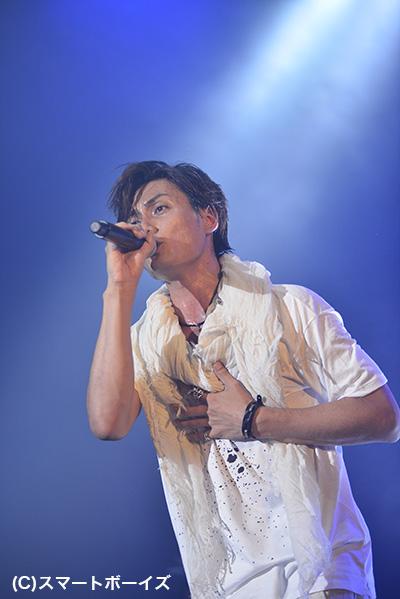 写真は7周年記念ライブでの加藤和樹さん