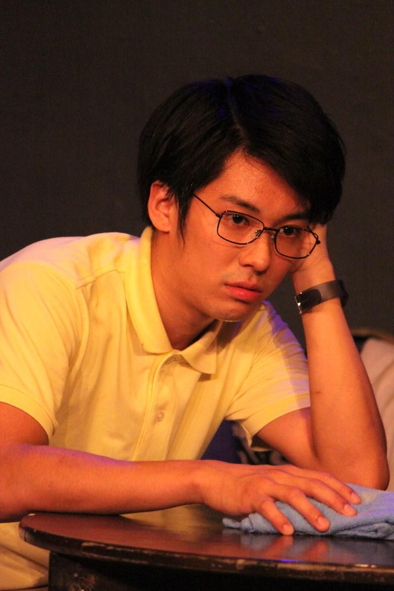 矢口渡(ヤグチ・ワタル)役の岩田 玲さん。多摩川学院大学理学部物理学科の院生で下丸子教授の助手。頭の回転が速く、メンバーの仲ではツッコミ役に回る事が多い。