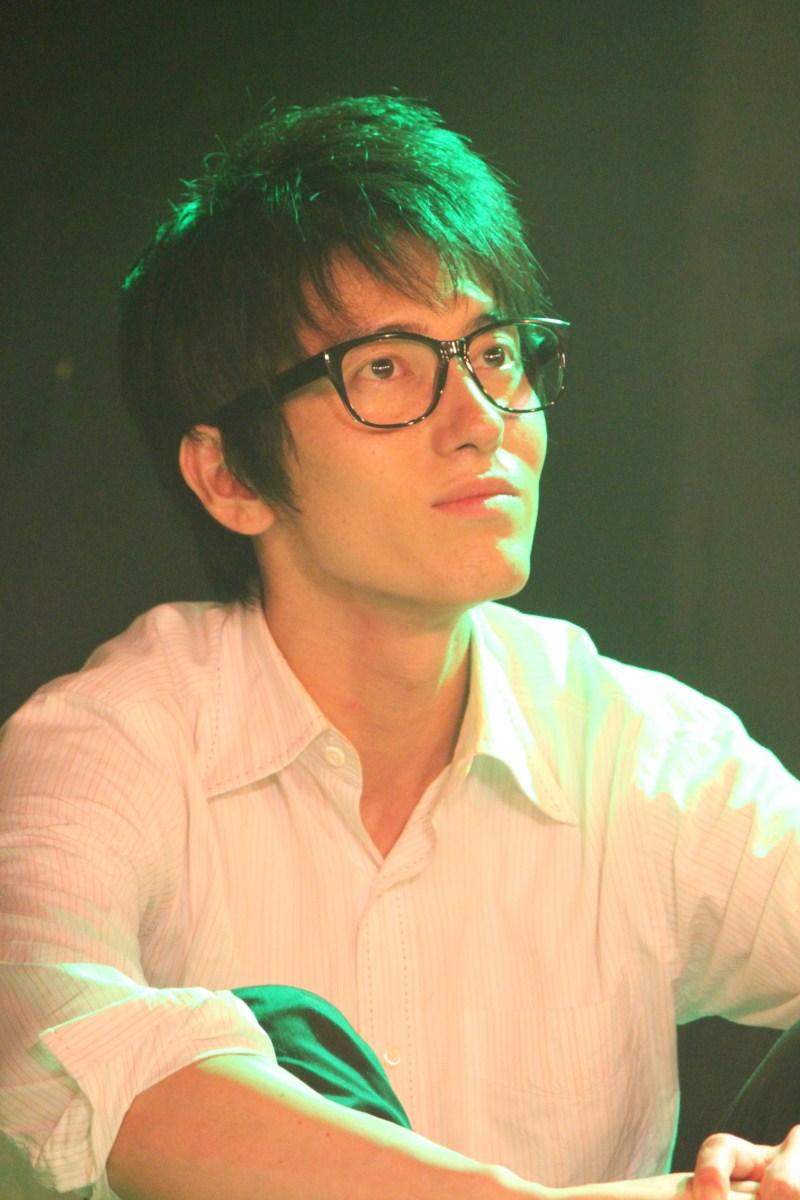 新田武蔵(ニッタ・ムサシ)役の原田新平さん。0000多摩川学院大学文学部の卒業生で矢口と沼部の同級生。ニックネームは「ゴーケン」。