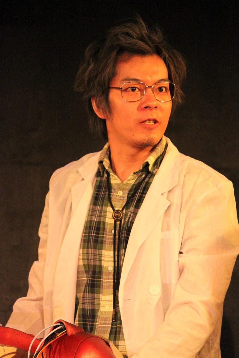 下丸子丸鞠夫(シモマルコ・マリオ)教授役の坂田直貴さん。タイムマシンの開発に成功した東邦大学理工学部物理学教授。普段は温厚な性格だが、自分の研究に関する話題になると目がバッキバキになる。
