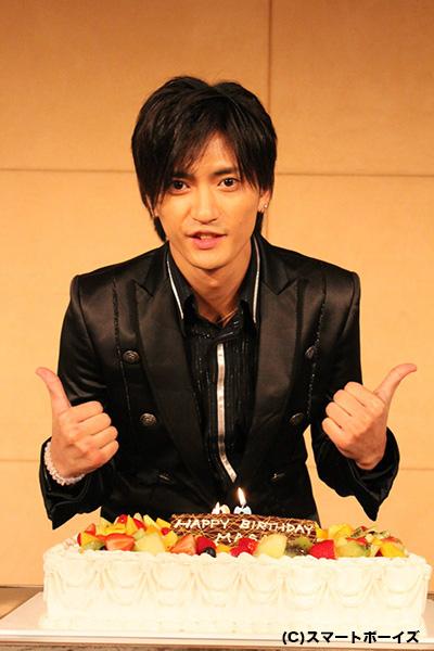 巨大バースデーケーキを前に、喜びのポーズ♪