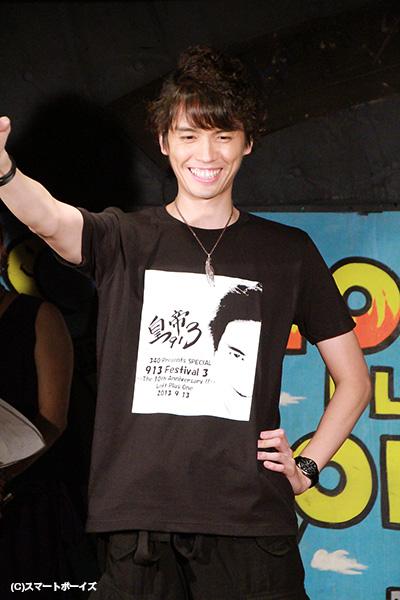 自らデザインしたTシャツにご満悦の村上幸平さん