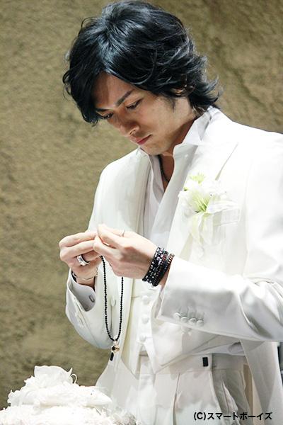 自ら手がけたデザインに納得の久保田さん、大切に扱っていました