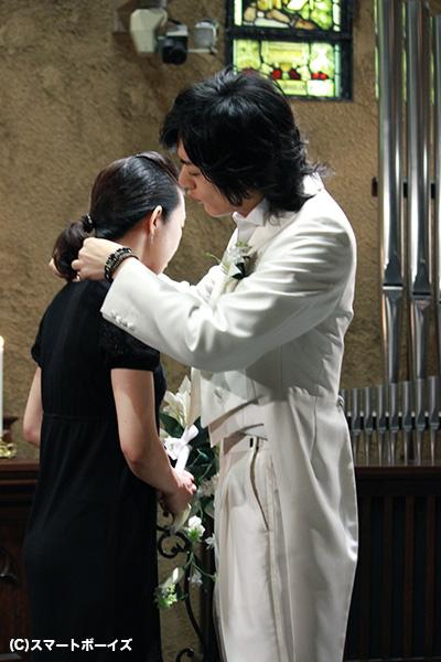 「前から付けるか、後ろから付けるか……」スタッフ相手にネックレスの付け方を研究する久保田さん(笑)