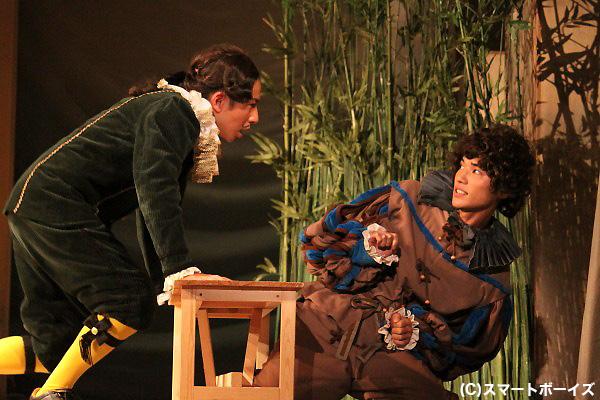 オリヴィア(池岡亮介)に恋する執事、マルヴォーリオ(坪倉由幸)と、オリヴィアに仕えるフェイビアン(山田悠介)。
