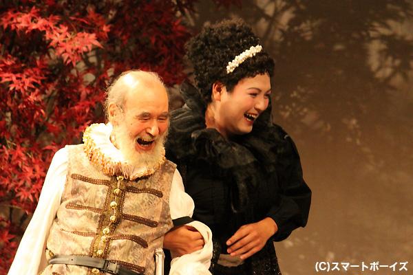 オリヴィアの侍女・マライア(加治)とサー・トービー・ベルチ(ミッキー・カーチス)の恋の行方は?