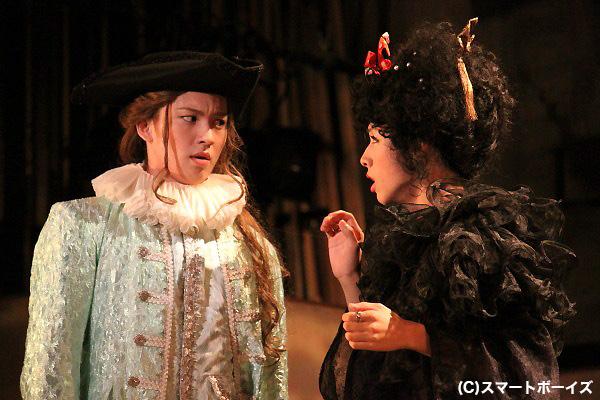 ヴァイオラ(碓井将大)の双子の兄・セバスチャン(荒井敦史)と、男装のヴァイオラに恋するオリヴィア(池岡亮介)。