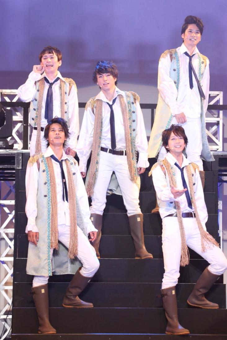 左上…ZAI(二瓶拓也)、左下…TAI(林剛士)、中央…SYO(矢崎広)、右上…HYUN(滝口幸広)、右下…MICHIKY(辻本祐樹)
