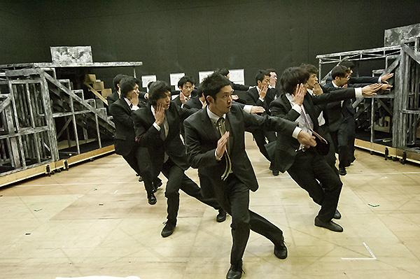 スーツ男子好きにはたまらない、全員スーツでの歌&ダンス!