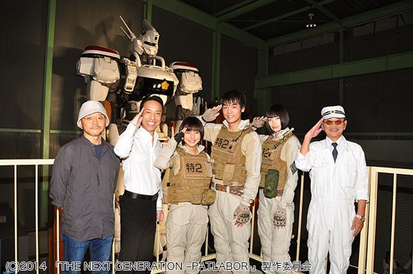 実物大パトレイバーをバックに(左より)押井守総監督、筧利夫さん、真野恵里菜さん、福士誠治さん、太田莉菜さん、千葉繁さん