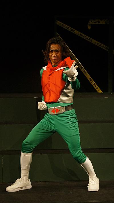 森本さんと言えば『仮面ライダー剣(ブレイド)』での仮面ライダーカリスだけに、変身ポーズも様になってます!?