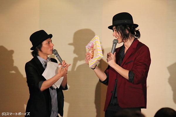 """MC永島さんからのプレゼントは""""東京バナナ""""。「昨日の大阪イベントの帰りに、東京駅で買ってたやつだ!(笑)」"""
