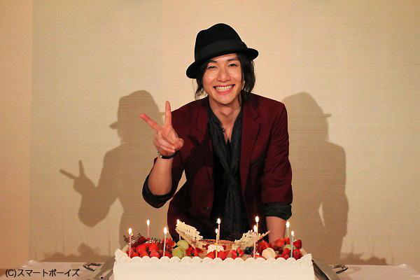 ケーキを前に、満面の笑顔の細貝さんです♪