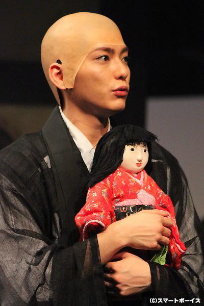 """日本人形のキャメロンのお告げがきっかけで""""ぶっせん""""に入学した、渡辺由紀役の鍵本輝さん(Lead)"""