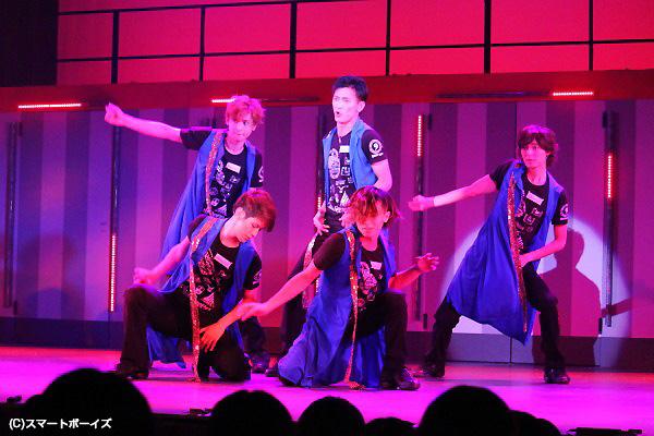 アイドルソングからミュージカルナンバーまで、怒涛のヒットメドレー!