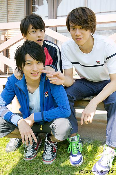 手前が横浜流星さん、後列右が伊勢大貴さん、左が上村海成さん。仲良し?ライバル?アイドルユニットのセンターは誰が勝ち取る!?