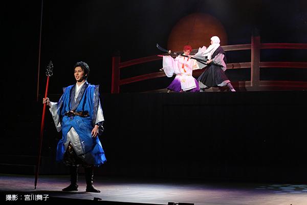 三上真史さん(写真向かって左)は、この物語のストーリーテラーであり、源義経の側近の一人・常陸坊海尊(ひたちぼうかいそん)役