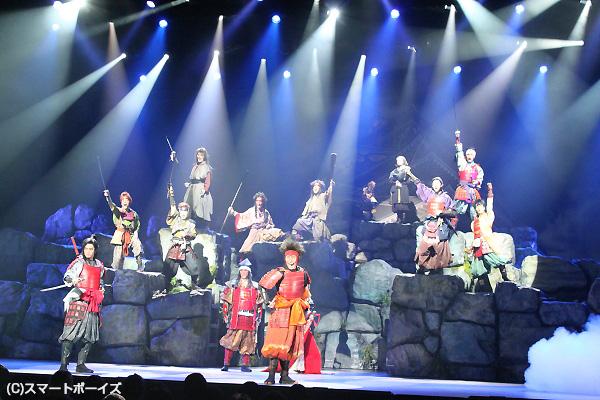 巨大な青山劇場のステージを、十勇士たちが縦横無尽に暴れまわる!
