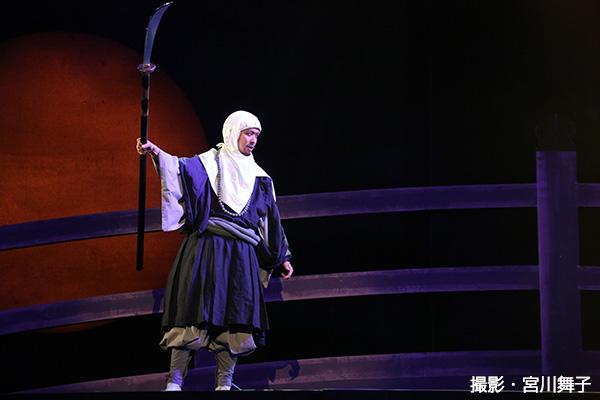 武蔵坊弁慶(むさしぼうべんけい)役を演じた橋本淳さん。武骨で真面目な弁慶が義経のむちゃ振りにうろたえる姿に、会場からは笑いが起こっていました