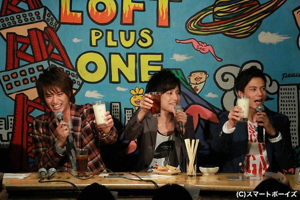 左から井上正大さん、橋本真一さん、辻伊吹さん。トーク前に乾杯で盛り上がりました!