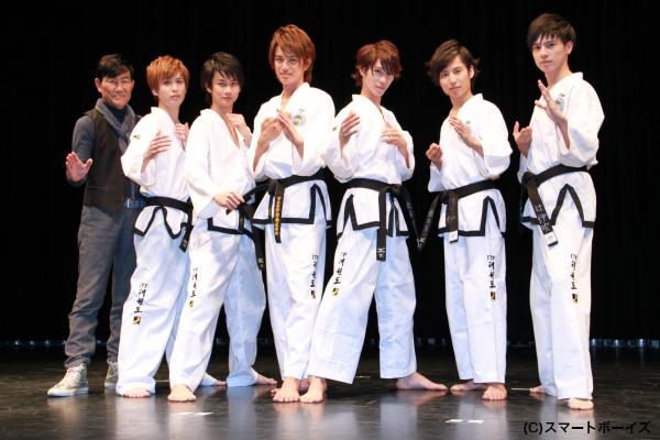 (左より)香月監督、平田裕一郎さん、馬場良馬さん、井上正大さん、浜尾京介さん、橋本真一さん、辻伊吹さん