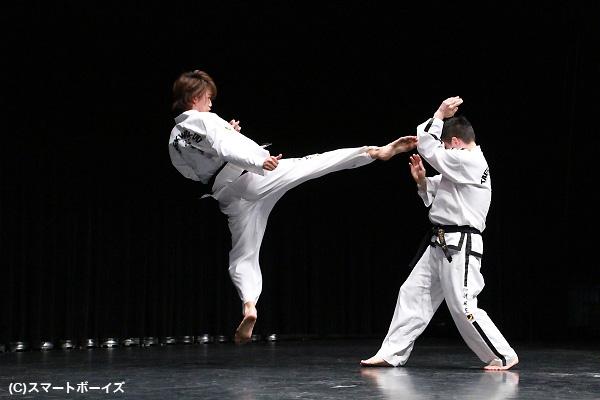 井上さんが師範との組手で繰り出した、豪快な回し蹴り!