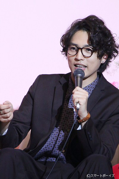 理想の告白シーンを聞かれた桐山さんは「壁ドンもいいけど、腰に手を回して引き寄せるのとか憧れます」