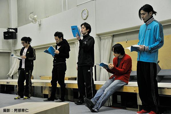 青木さん(右端)の青いジャージと赤いスニーカーが印象的でした