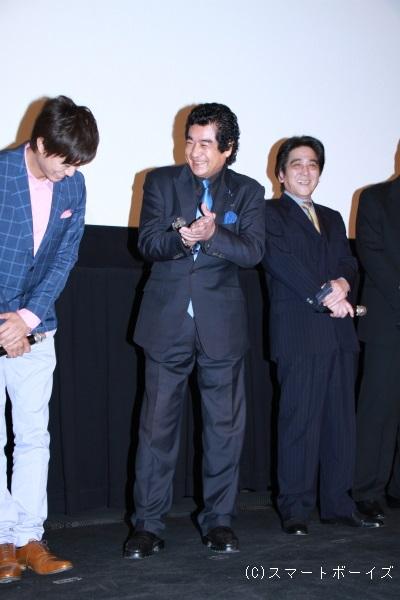 拍手で平成ライダーの勝利を祝福する藤岡さんに井上さんは恐縮しきり