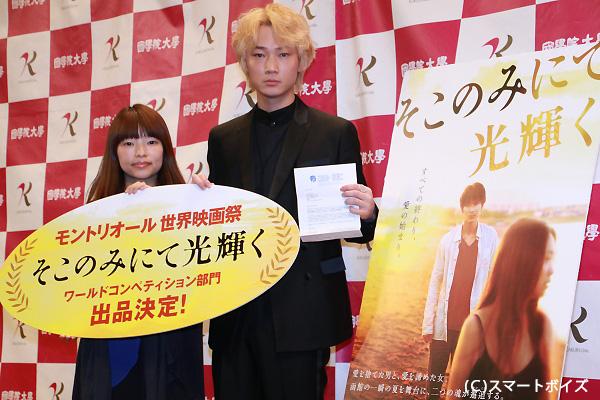 特別試写会に出席した綾野剛さん(右)と呉美保監督(左)