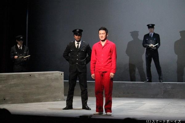 芥川賞受賞作品を、原作者の辻仁成が自ら脚本・演出を担当し、初めて舞台化